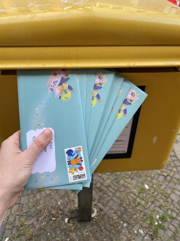 Die ersten Briefe werden in den Briefkasten gesteckt
