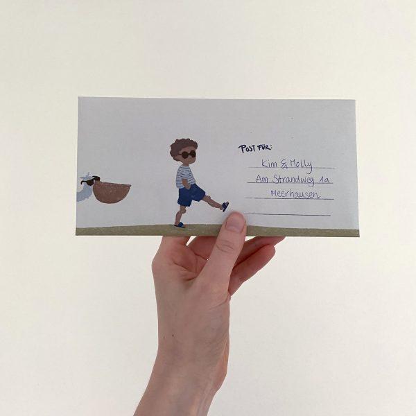 Briefumschlag von einer Hand gehalten, Seite mit Adresse ist sichtbar